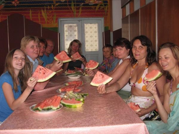 люди едят арбуз на детоксе