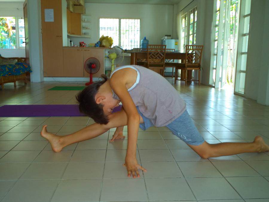 Мальчик в шпагате в начале курса йоги