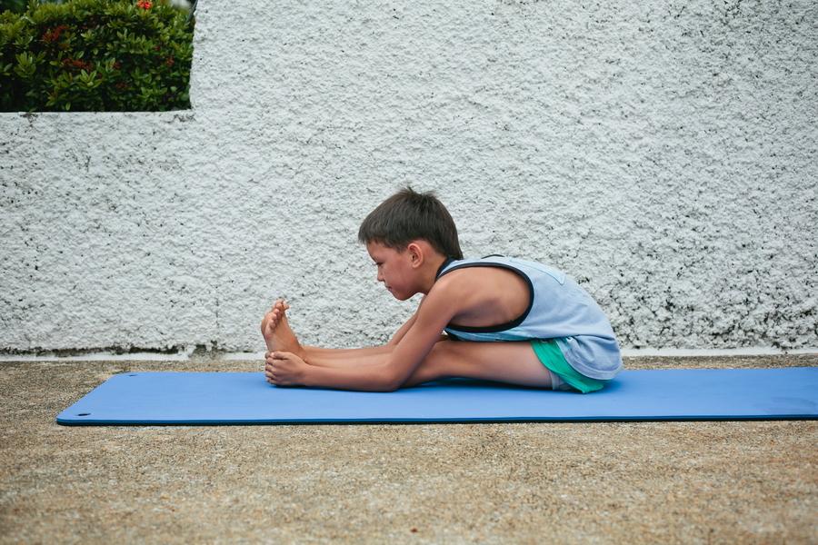 Детская йога пашчиматанасана