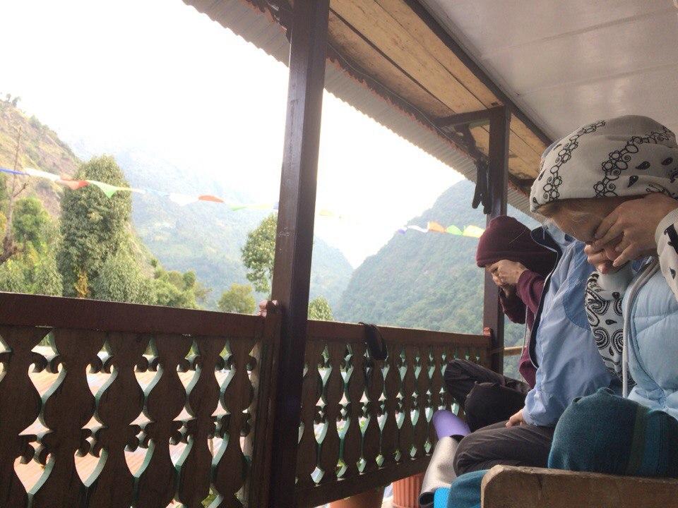 Йога тур в Гималаях, Непал. Делаем пранаямы утром