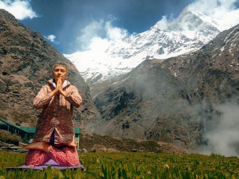 йогатерапевт возле гору Мачапучаре